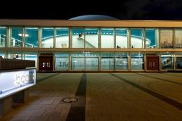 das Ausstellungsgebäude in abendlichem Licht