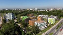 Blick von oben auf die verschiedenen Gebäude der Bauausstellung mit Straße im Vordergrund