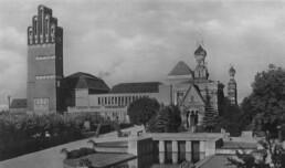 Mathildenhöhe Darmstadt, links im Bild der Hochzeitsturm und die Ausstellungshalle, beide 1908 gebaut, 1914. Fotograf unbekannt © Institut Mathildenhöhe, Städtische Kunstsammlung Darmstadt