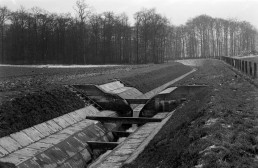 historisches Schwarz-Weiß-Foto auf einen betonierten Gewässerlauf