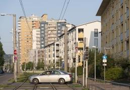 Straßenbahnführung und Straße vor Gebäuden aus den 1950er Jahren