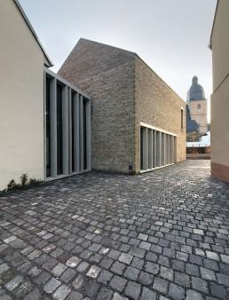 Das wiedererrichtete Geburtshaus, die Lutherarmenschule und die Neubauten für das Museum bilden das Luthergeburtshausensemble, 2007. Foto: Doreen Ritzau © IBA-Büro GbR