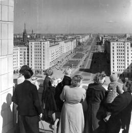 Blick vom Haus des Kindes auf den Strausberger Platz und die Stalinallee, 1956. Foto: Horst E. Schulze