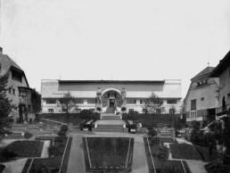 eine sehr symmetrisch angelegte Gartenanlage führt den Hügel hoch zu Treppen und zum flachen Gebäude mit dem eindrucksvollen Portal