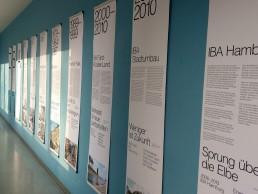 an der Wand hängende längliche Plakate zu den einzelnen IBA über die Jahre