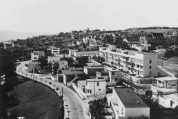 Luftaufnahme einer modernen Siedlung mit Gebäuden in unterschiedlichen Höhen und Formen
