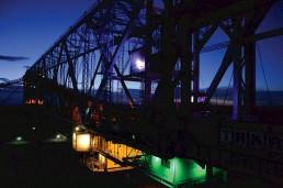 Das heutige Besucherbergwerk F60 bei Nacht mit einer Lichtinstallation von Hans Peter Kuhn, 2014. Foto: Detlef A. Hecht