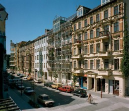 View of the Admiralstraße facing Fraenkelufer, with the corner house by Inken and Hinrich Baller in the background, 1989 © Landesarchiv Berlin, F Rep. 290 Nr. 0016908 / Foto: Edmund Kasperski