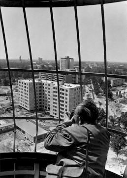 Blick vom Schaukran auf das Hansaviertel, im Vordergrund das Wohnhaus von Alvar Aalto, 1957 © Landesarchiv Berlin, F Rep. 290 Nr. 0054662 / Foto: Horst Siegmann