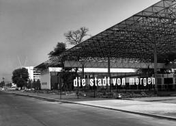 """Halle der Sonderschau """"die stadt von morgen"""", die im Rahmen der Interbau präsentiert wurde, 1957 © Landesarchiv Berlin, F Rep. 290 Nr. 0054926 / Foto: Willy Kiel"""