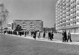 Das Hansaviertel mit Besuchern während der Interbau, im Hintergrund der Neubau von Pierre Vago, 1957 © Landesarchiv Berlin, F Rep. 290 Nr. 0055952 / Foto: Horst Siegmann