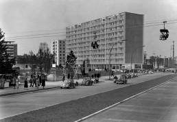 Eine Seilbahn führt über das Gelände der Interbau, im Hintergrund der Neubau von Fritz Jaenecke und Sten Samuelson, 1957 © Landesarchiv Berlin, F Rep. 290 Nr. 0055978 / Foto: Horst Siegmann