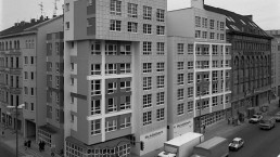 Residential and office building at Checkpoint Charlie, 1986 © Landesarchiv Berlin, F Rep. 290 Nr. 0284765 / Foto: Günter Schneider