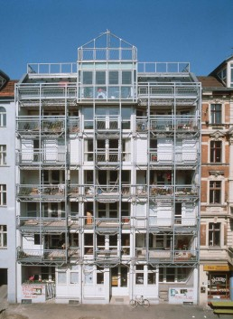 Façade view of the Wohnregal with steel scaffolding used for planting outside, 1987 © FHXB Friedrichshain-Kreuzberg Museum, Lizenz RR-F