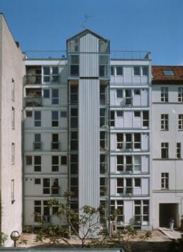 Courtyard side of the Wohnregal, 1987 © FHXB Friedrichshain-Kreuzberg Museum, Lizenz RR-F