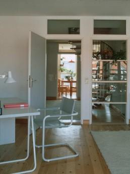 Interior photo of the residential area with internal staircase, 1987 © FHXB Friedrichshain-Kreuzberg Museum, Lizenz RR-F
