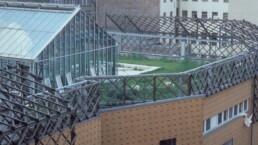 das begrünte Dach mit Gewächshaus und Holzspalieren für eine zukünftige Begrünung