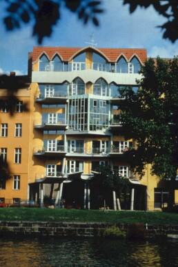 Das Torhaus am Fraenkelufer nach der Fertigstellung, 1984 © FHXB Friedrichshain-Kreuzberg Museum, Lizenz RR-F