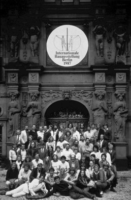 Team of IBA Berlin outside the office in 1987, with Directors Hardt-Waltherr Hämer (top centre), Josef Paul Kleihues on the right © FHXB Friedrichshain-Kreuzberg Museum, Lizenz RR-F