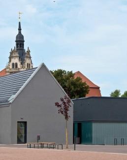 Blick auf die neue Zweifeldsporthalle, im Hintergrund der Turm des Bernburger Schlosses, 2014. Foto: Thomas Weiß © Junk & Reich - Architekten BDA Bernburg