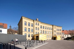 Bernburg: Blick über den Schulhof des Campus Technicus auf die denkmalgerecht sanierte Heinrich-Heine-Schule, 2014. Foto: Thomas Weiß © Junk & Reich - Architekten