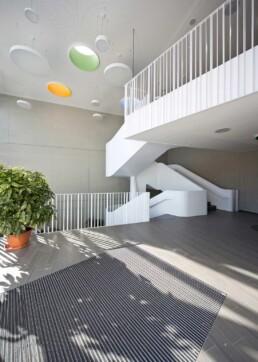 Der Campus Technicus mit skulpturale Treppe im Foyer des Schulneubaus, 2014. Foto: Thomas Weiß © Junk & Reich - Architekten