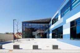 Bernburg: Das sogenannte Treibhaus des Campus Technicus – der Vorplatz und der Eingangsbereich, 2016. Foto: Peter Eichler © Junk & Reich - Architekten