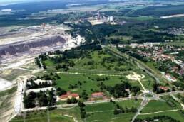 Unmittelbar am Tagebaurand, der künftigen Uferkante des Großräschener Sees, entstanden die IBA-Terrassen als Informations- und Ausstellungsort – hier noch im Bau, 2003. Foto: Radke / LMBV