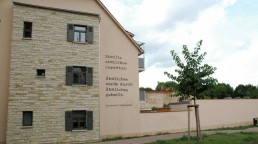 Entlang des Homöopathiepfads sind an Häusern Zitate des Homöopathen Hahnemanns zu lesen, 2010. Foto: Christian Höcker © IBA-Büro GbR