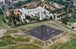Luftbild der Siedlung Schüngelberg und der Halde Rungenberg. Die Landmarke besteht aus aufgeschütteten Doppelpyramiden, 1998. Foto: Hans Blossey / Bestand IBA Emscher Park / Fotoarchiv Ruhr Museum