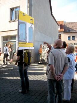 Beim öffentlichen Lutherwegspaziergang auf dem Lutherweg informiert eine mobile Infotafel, 2008. Foto: Ursula Achternkamp © IBA-Büro GbR