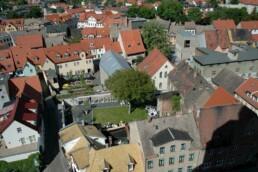 Blick auf das Luthergeburtshausensemble mit neu gestaltetem Schöpfungsgarten, 2009. Foto: Kerstin Faber © IBA-Büro GbR