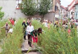 """Mit der """"Ohrenweide"""", ein temporärer Garten auf einer Abrissfläche, werden aus Hörrohren Texte und Zitate Luthers geflüstert, 2009. Foto: Michael Uhlmann © IBA-Büro GbR"""