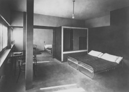 Bedroom in the house by Le Corbusier and Pierre Jeanneret, Postcard around 1927 © Stadtarchiv Stuttgart