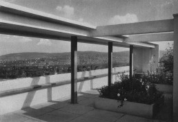 Rooftop garden of the house by Le Corbusier and Pierre Jeanneret, Postcard around 1927 © Stadtarchiv Stuttgart