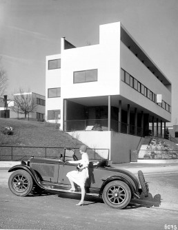 A Daimler in front of the Corbusier House at the Weißenhofsiedlung, 1928 © Mercedes Classic Archive / Daimler AG